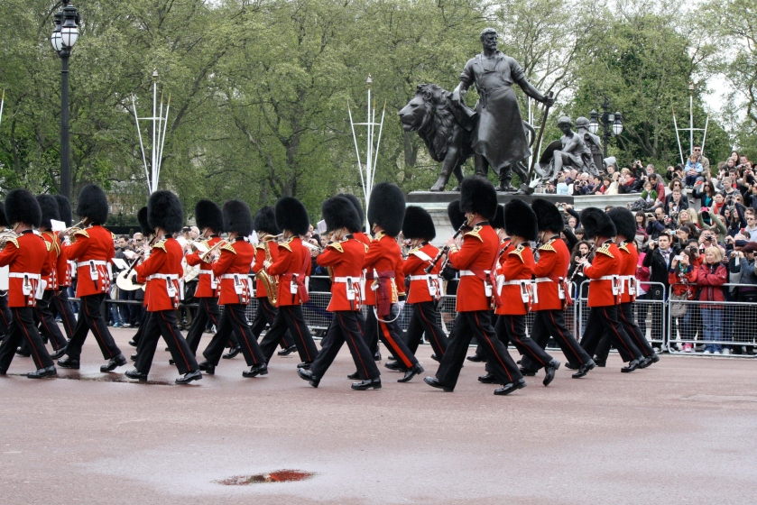 Changing of the guard occurs daily at 11 AM in front of Buckingham Palace .