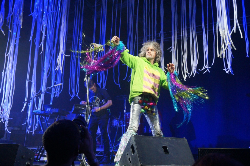Ladies and gentlemen, the marvellous Wayne Coyne throwing a balloon into the audience.