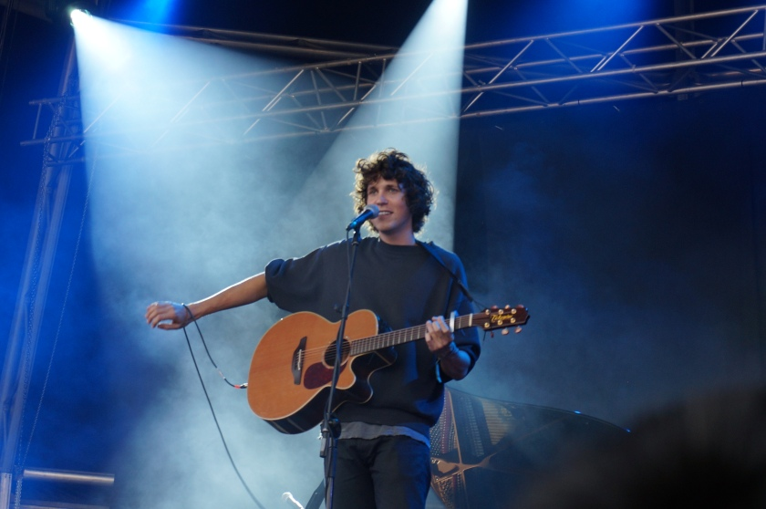Tobias Jesso Jr., handling his sound issues like a true, humble Canadian.