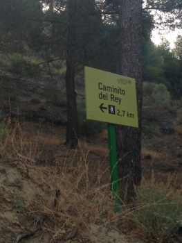The sign near the El Kiosko restaurant directing hikers to the Caminito del Rey.
